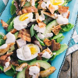 La salade céto gourmande au poulet et bacon
