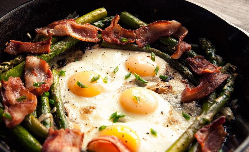 Recette d'oeufs avec des asperges et du poireau au four
